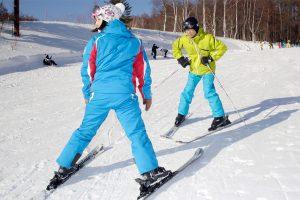 札幌へスポーツ旅!初心者に人気の体験プログラムでスキーを楽しもう。