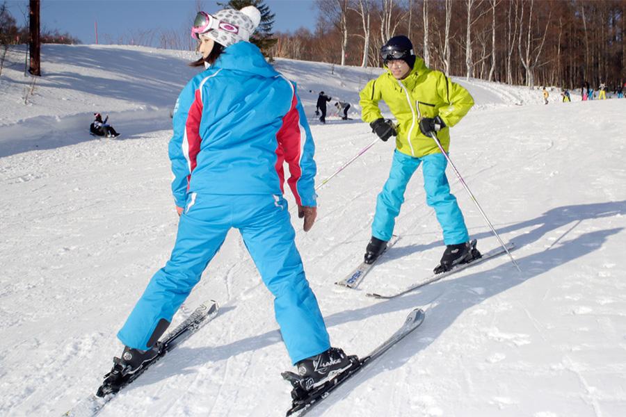 เดินทางไปเล่นกีฬาที่ซัปโปโร ! สนุกสนานกับสกีด้วยโปรแกรมการมีประสบการณ์ที่ได้รับความนิยมจากผู้ที่เล่นเป็นครั้งแรก