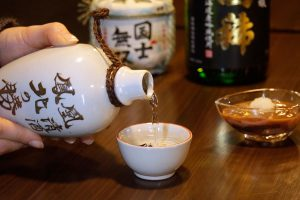 """""""เหล้าญี่ปุ่น"""" เหล้าประจำชาติของญี่ปุ่น สนุกสนานกับเหล้าจากโรงบ่มเหล้าในฮอกไกโด"""