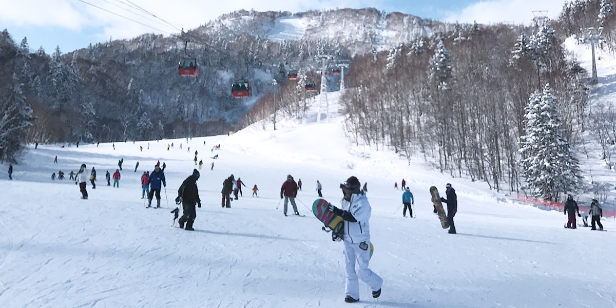 Even tourists can take a day trip to ski resorts in Sapporo city and enjoy themselves